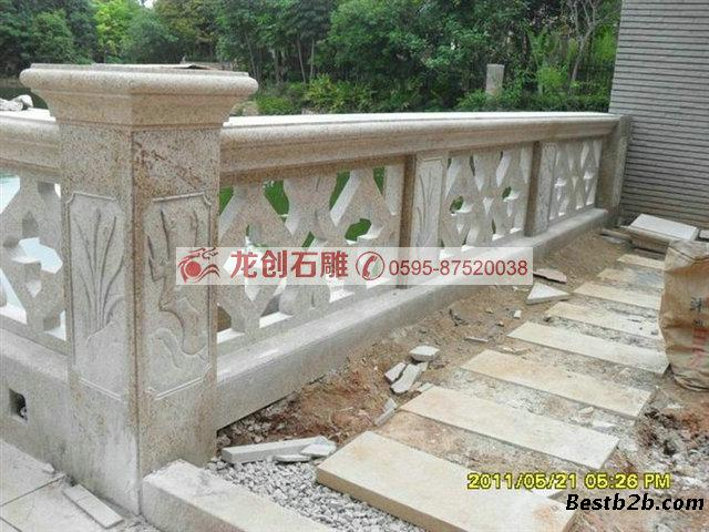 石栏杆在中国古称阑干,也称勾阑,是桥梁和建筑上的安全设施。石栏杆在使用中起分隔、导向的作用,使被分割区域边界明确清晰,设计好的石栏杆,很具装饰意义。石栏杆常安装在台基四周、桥的两侧、楼梯两侧、廊柱两侧、亭榭周边等处,起到防护的作用,同时也可以用来分割空间。尤其在园林建筑中,石栏杆是最不可少的,既可以拦隔围护,将不同的区域分隔开来;又不会割断各区域之间的联系,石栏杆上雕刻的图案还起点缀环境的作用。 石栏杆有镂空石栏杆和实体石栏杆两类。漏空石栏杆(也可称为节俭式石栏杆)由立杆、扶手、垫块组成,有的加设有横档或
