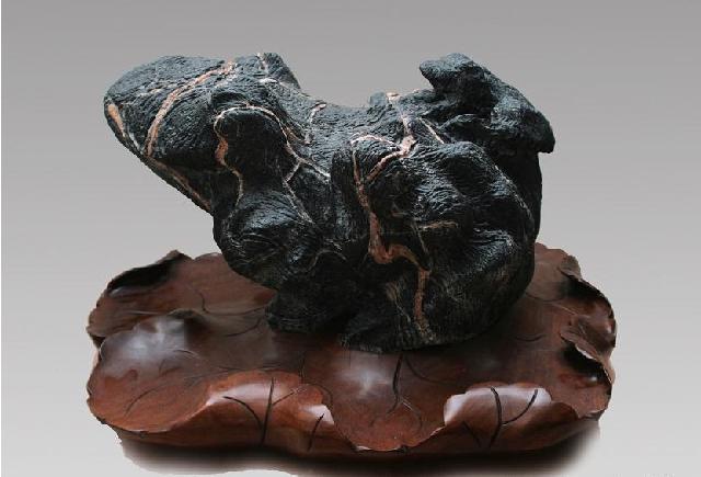带黑色颗粒花纹的石头图片