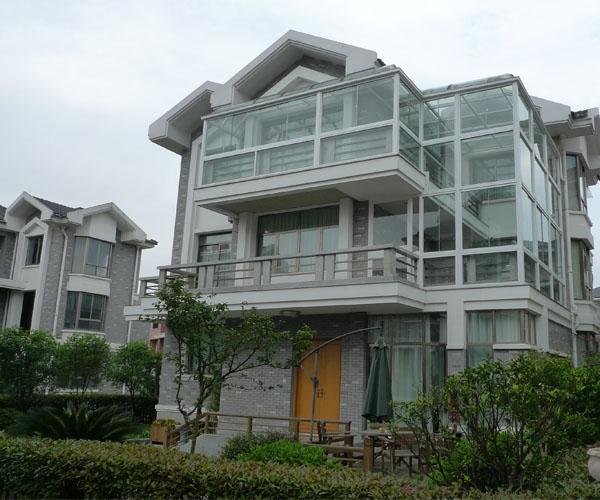 不过现在材料还要考究,目前从框架选材分为:有钢架阳光房,不锈钢阳光