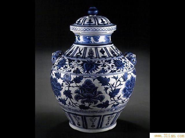 呈现蓝白色相间效果的釉下彩瓷器