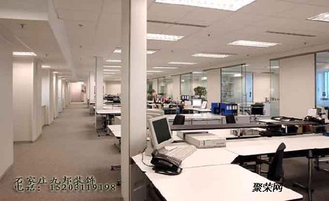 在办公装饰设计中,办公室的照明方式一般是氛围两种的,一种是自然光源